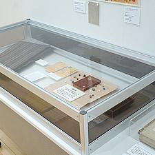 貴重品展示ケースは、グリッパーの組み合わせで鍵を使わなくても安全性の高い構造を実現しました。