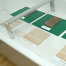 貴重な紙資料の展示に最適な3面アクリル展示ケース