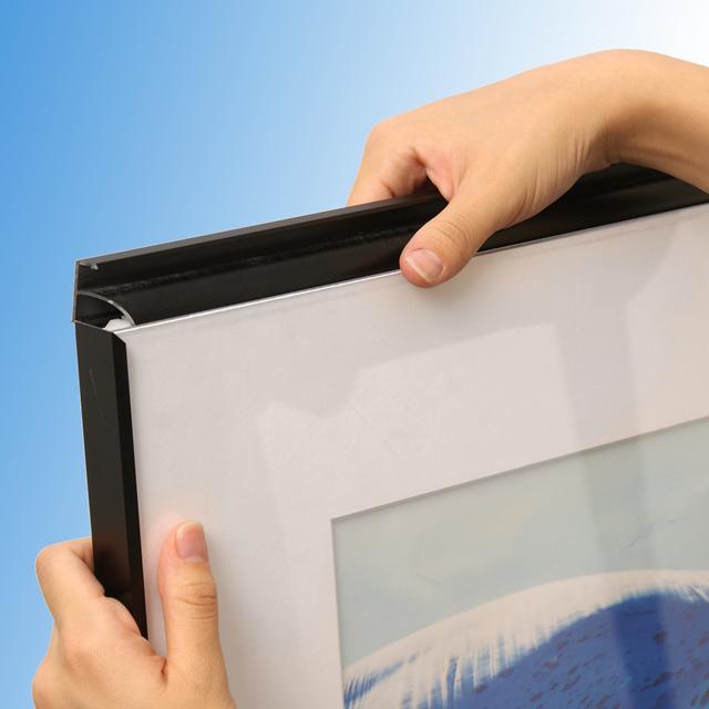 前から開けることができきるポスターフレーム「フォトマットGUV」の写真です。