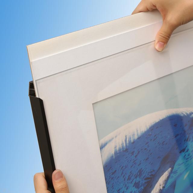 前から開けることができきるポスターフレーム「ラクパネ」の写真です。